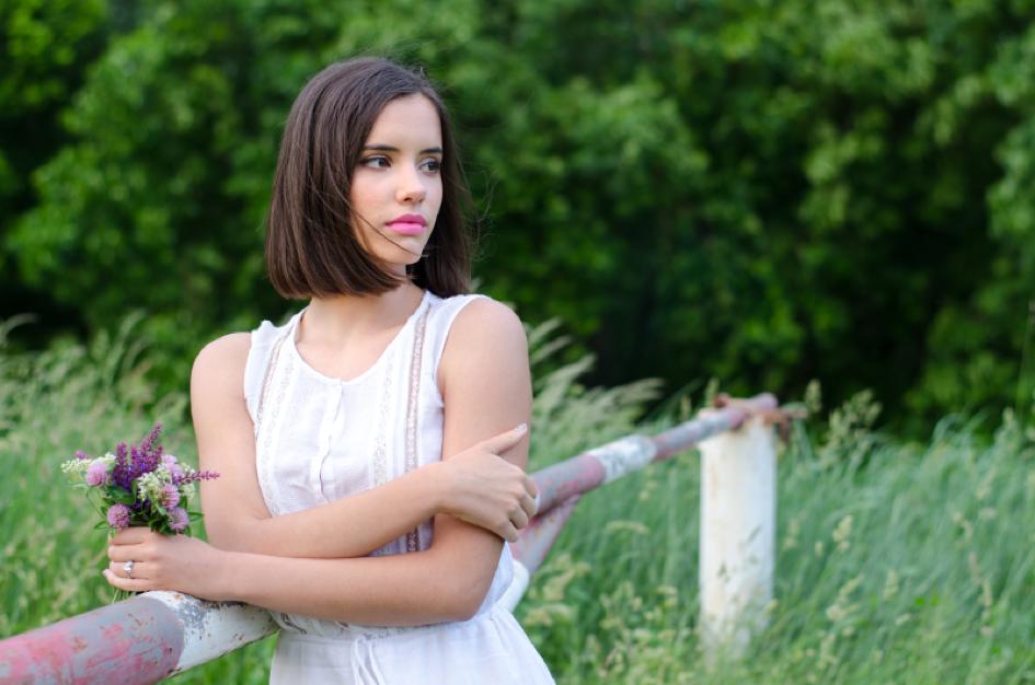 Момиче с умислен поглед наподобяващ на пролетна депресия