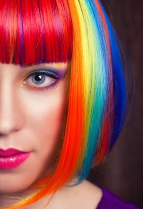 Жена,която има многоцветна коса